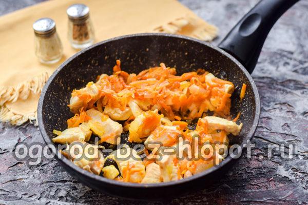 обжарить лук, морковь и курицу