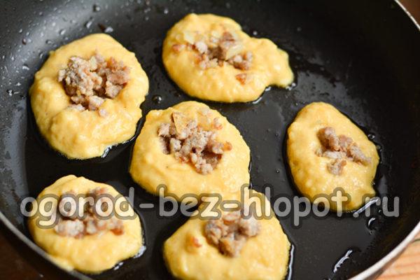 выложить картофельную массу и начинку