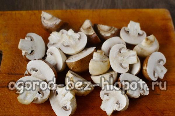 разрезать грибы пополам