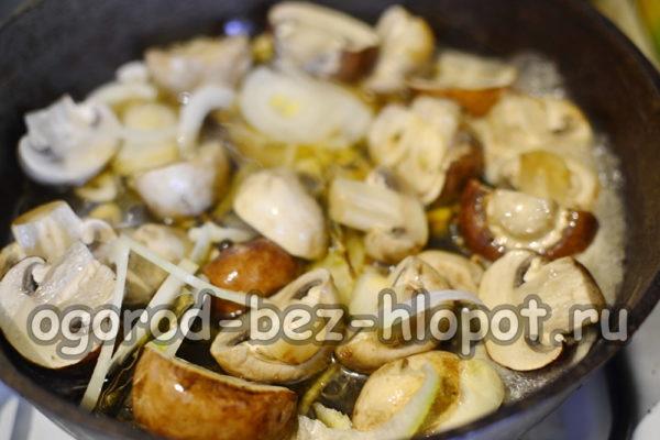 добавить к грибам лук, чеснок и маринад