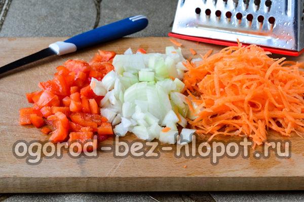 морковь натереть, лук и перец нарезать