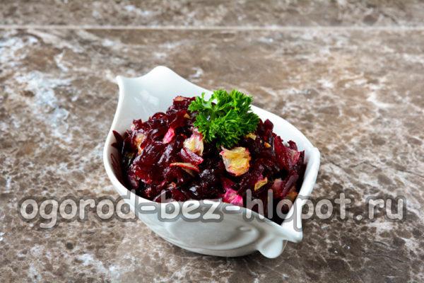 салат из свеклы с жареным луком готов