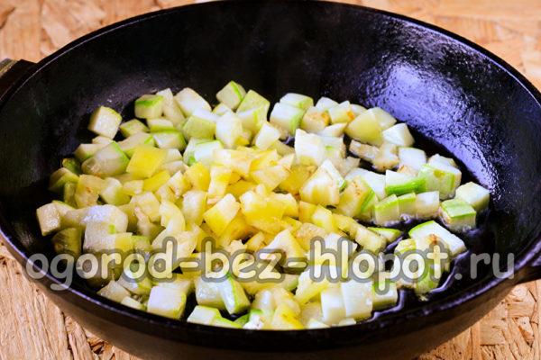 кабачки и перец обжарить