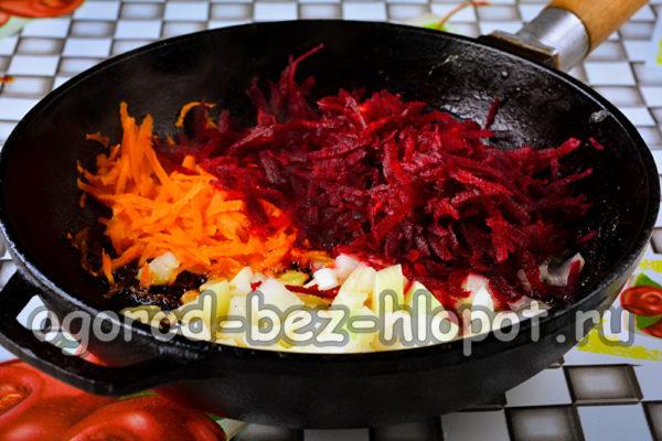 обжарить лук, морковь и свеклу