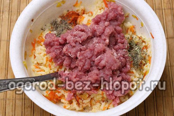 смешать рис, овощи и фарш