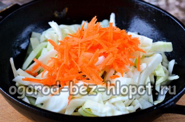 капусту, лук и морковь обжарить