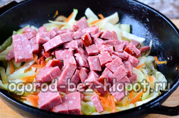 добавить колбасу к капусте