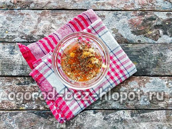 смешать оливковое масло, чеснок и специи