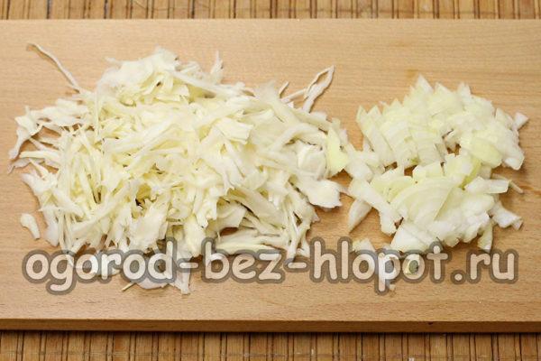 нарезать лук, нашинковать капусту