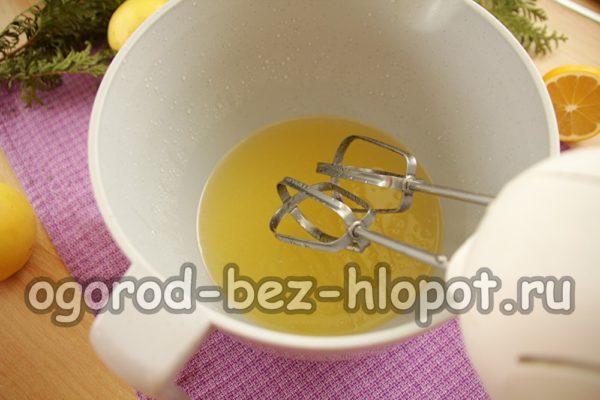 добавить сахар и растительное масло
