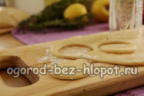 вырезать формой печенье