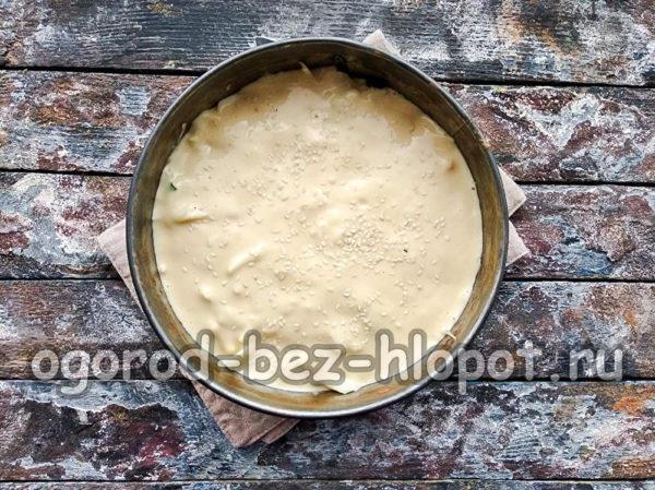 вылить тесто и посыпать кунжутом