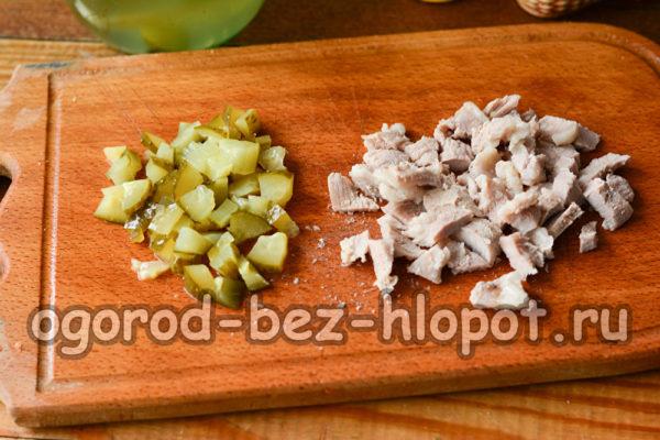 огурцы и мясо нарезать