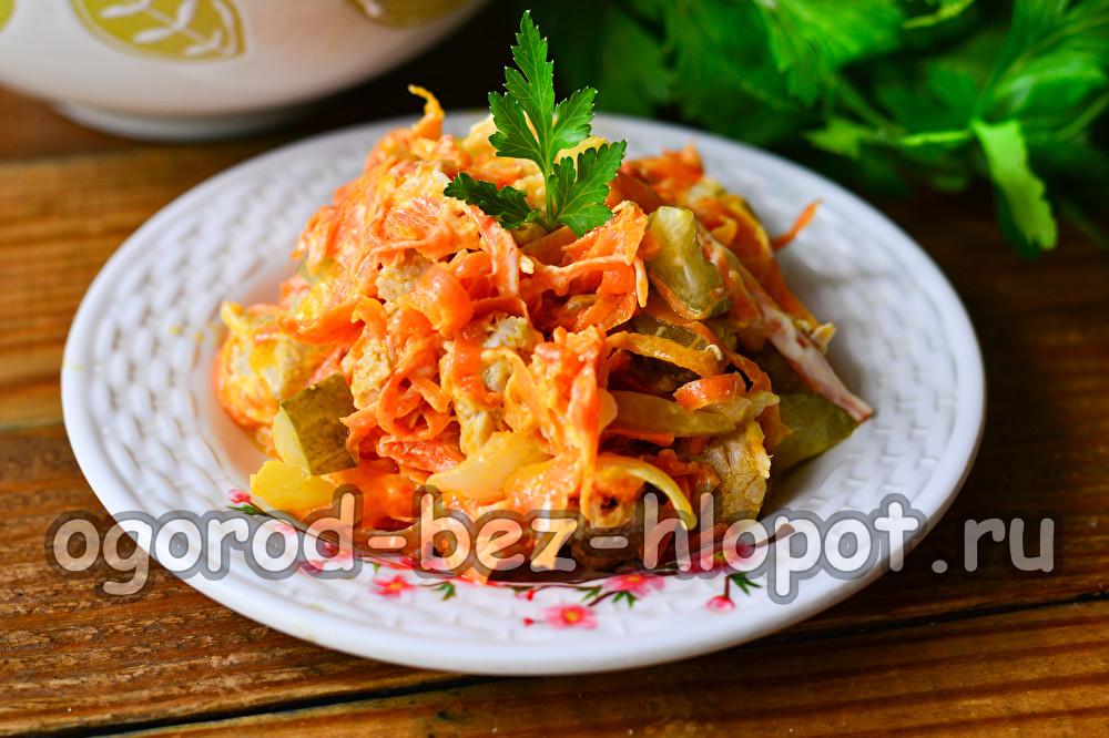 салат Обжорка с мясом и солеными огурцами