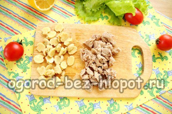нарезать говядину и грибы