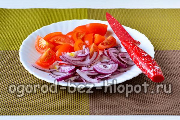 нарезать томаты и лук