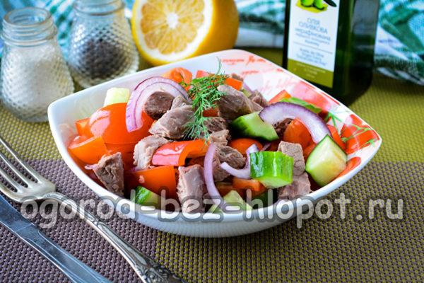 салат с отварной говядиной и болгарским перцем готов