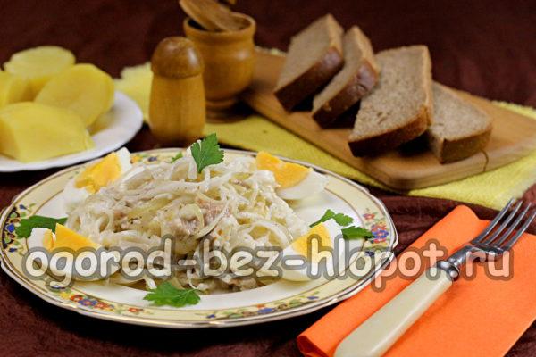 дополнить салат яйцами и зеленью