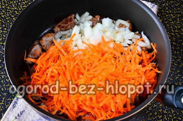 лук и морковь добавить к мясу