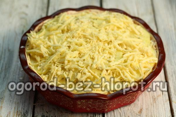 посыпать сыром, положить кусочки масла