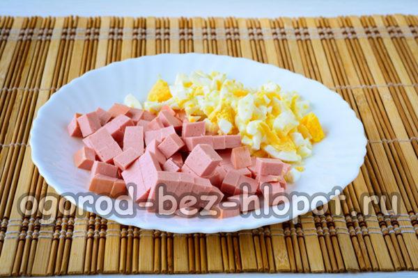 колбасу и яйца нарезать