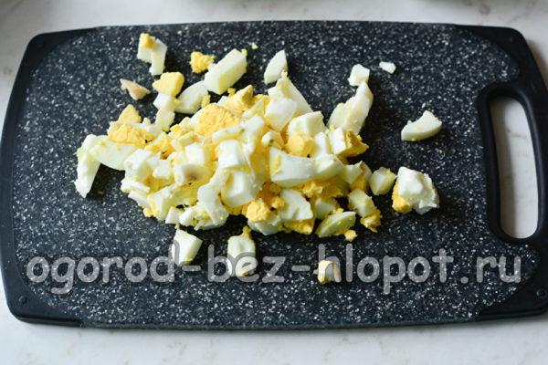 яйца отварить, очистить и нарезать