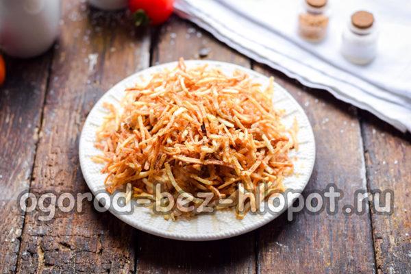 посыпать картофельной соломкой
