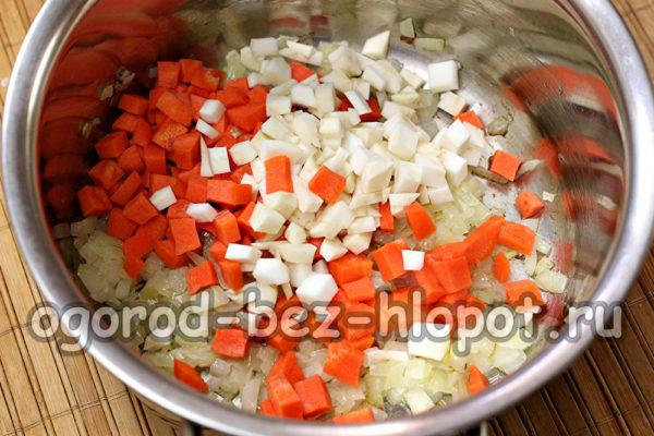 добавить чеснок, морковь, сельдерей