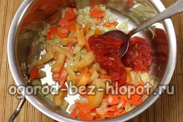 добавить перец и томаты