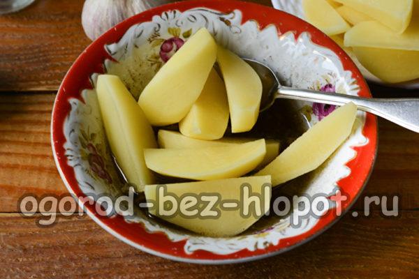 перемешать картофель с заправкой