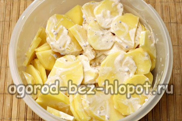 картофель перемешать с соусом