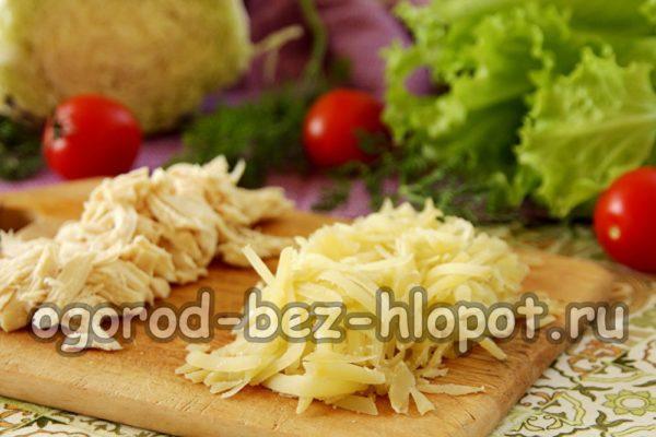 картофель натереть, курицу нарезать