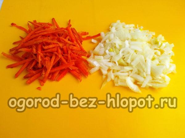 морковь натереть, лук нарезать