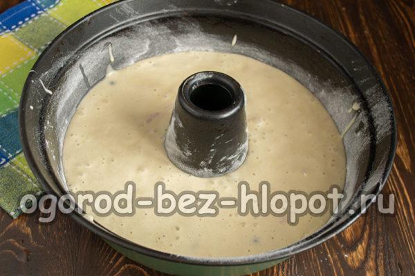вылить тесто в форму