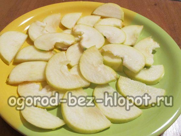 яблоки нарезать и сбрызнуть лимонным соком