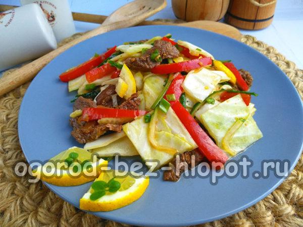 готовый салат из капусты и мяса