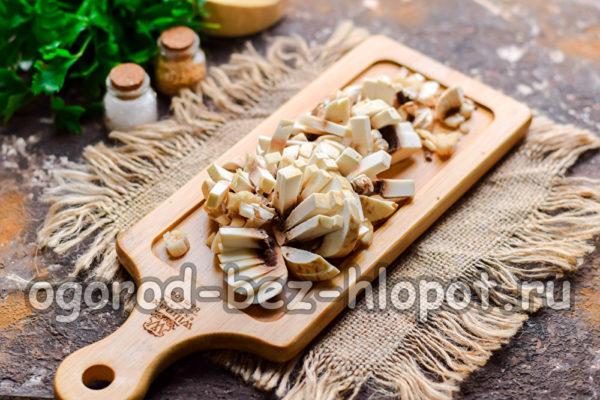 грибы нарезать и обжарить