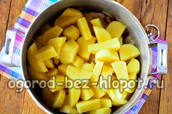 всыпать картошку и влить воду