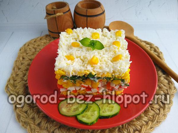 украсить салат кукурузой и базиликом