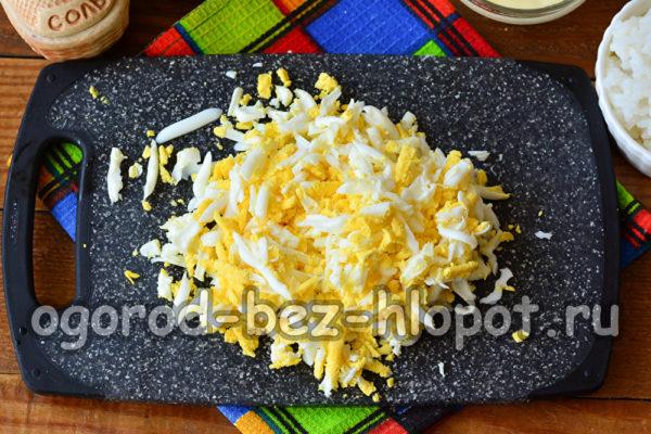 яйца отварить и натереть на терке