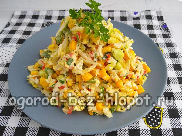 уложить салат на тарелку