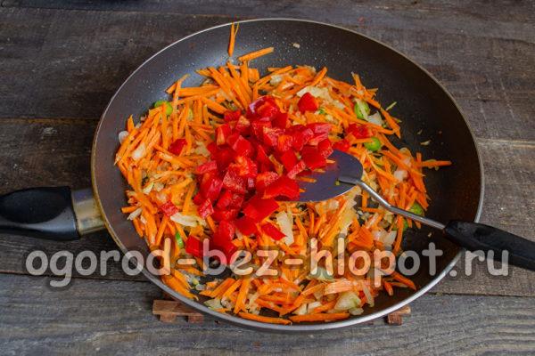 добавить болгарский перец, соевый соус, черный перец
