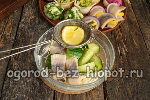 смешать яйца, огурец, сельдь, сыр, лимонный сок