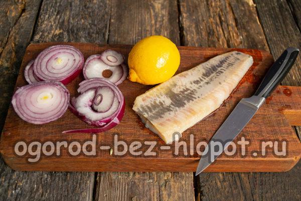 отделить филе сельди, нарезать лук и лимон