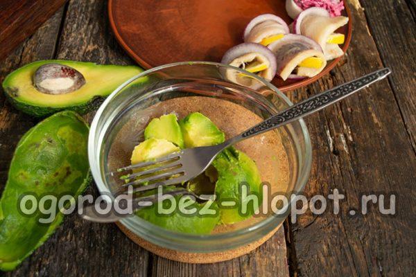 мякоть авокадо размять вилкой