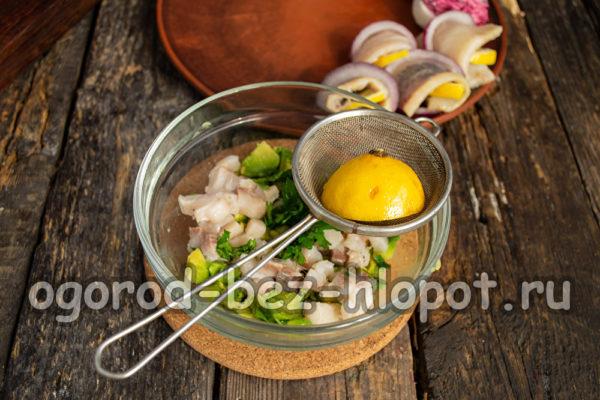 добавить филе сельди, зелень и сок лимона
