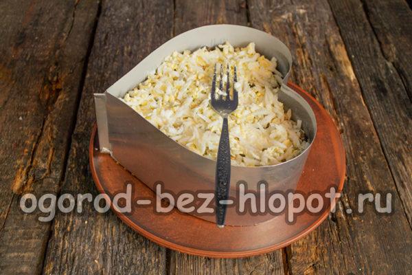 выложить оставшийся картофель и яйца