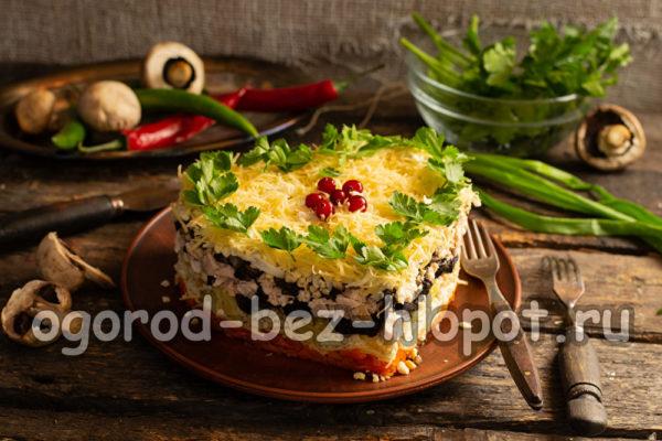 слоеный закусочный торт с копченой курицей, черносливом и грибами