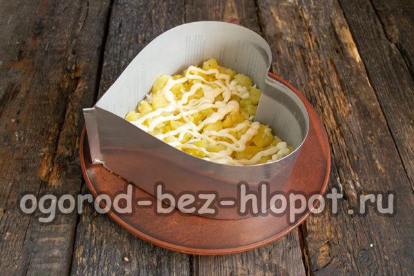 слой картофеля смазать соусом