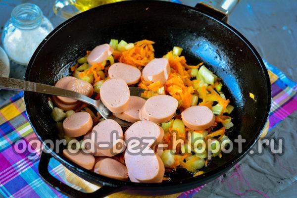 обжарить лук, морковь и сосиски